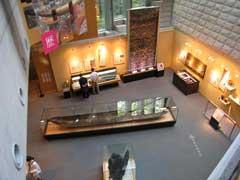 常設展示室:吹き抜け空間になっている開放的な展示スペース。